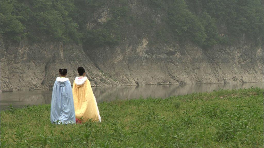 昭君在小娟的陪同下,為了邊境黎民的和平而毅然出塞